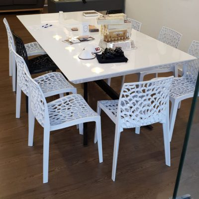 כסאות פלסטיק לפינת אוכל